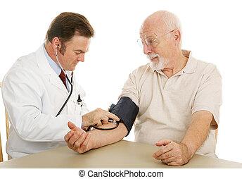 Starší lékař, krevní tlak
