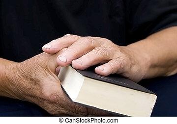 Starší ruce na staré bibli