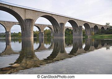 Stone Bridges přechází řeka ardeche