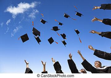 Studenti házejí školní kloboučky