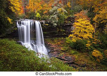 Suchozemská voda padá na zem, les slábne v údolí