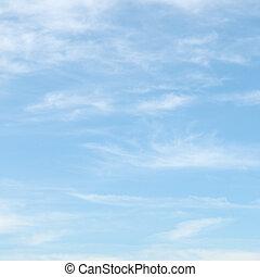 Světlé mraky v modré obloze