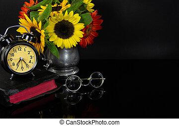 Svatá Bible s slunečnicemi a hodinami