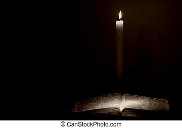 Svatá bible světlem svíček