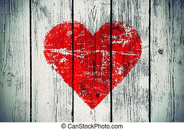 Symbol lásky na staré dřevěné zdi