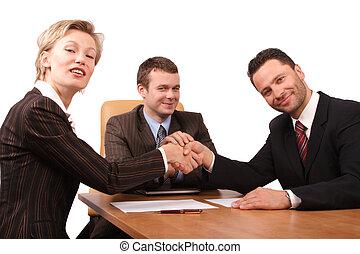 Tři lidi potřesení rukou