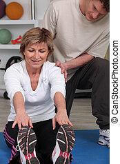 Ta žena, co cvičí, pomáhala fyzioterapeutům