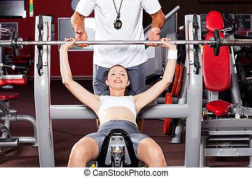 Ta ženská, co zvedá zvonek v tělocvičně