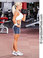 Ta ženská z fitka v tělocvičně