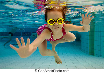 Ta holka se směje, plave pod vodou