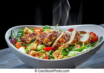 Teplé kuře a zelenina ve zdravém salátu