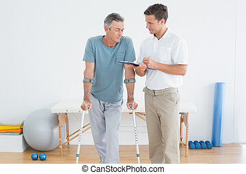 Terapeut, který probírá zprávy s invalidním pacientem