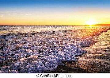 Tranquil západ slunce na pláži
