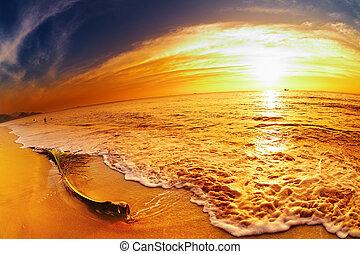 Tropická pláž v západu slunce