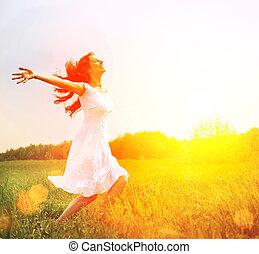 Užij si to. Svobodná žena, která si užívá přírody. Holka venku