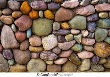 Víceméně barevné kamenné stěny
