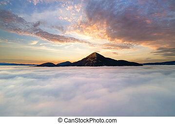 východ slunce, visutý ohledat, nad, mračno, chvějící se, běloba hora, daleký, zbabělý, hustý, horizon.
