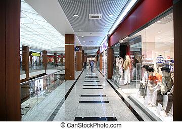 V obchodě s módním oblečením