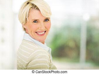 Ve středních letech žena v domě