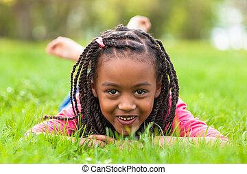 ve volné přírodě, -, národ, ležící, temný sluka, šikovný, dole, portrét, usmívaní, afričan, pastvina, mládě