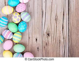 Velikonoční vajíčka na dřevěném pozadí