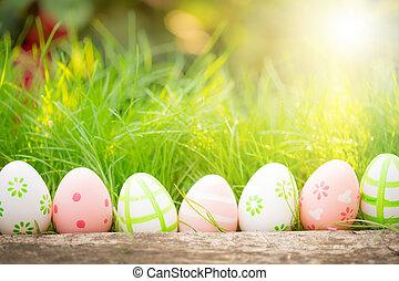 Velikonoční vajíčka na zelené trávě