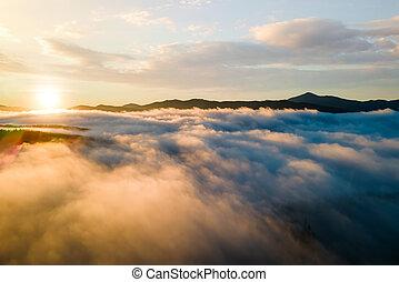 visutý ohledat, mračno, nad, chvějící se, západ slunce, běloba hora, daleký, ponurý, hustý, horizon.