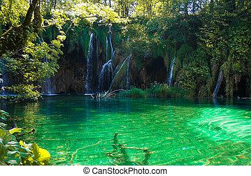 Vodní vodopády v jezeře