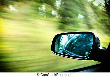 Vozidlo na silnici rozmazané