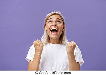 waist-up, sen, bůh, daný, tričko, opálit, jistý, hezký, vzrušení, hledět, neposkvrněný, vděčný, děvče, ukazatel stisknutí, fulfilling, poděkování, up, vděčný, rána, šťastný, potěšen, šťastný