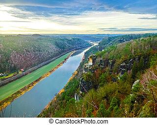 Z pohledu basteie v saxonském svitzerlandu do města Wehlenu a řeky