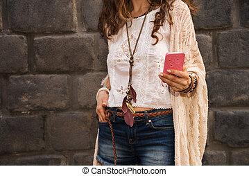 Zabouchlá mladá žena u kamenné stěny píše šmery