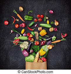Zdravé jídlo je vysazeno z papírového sáčku na temném pozadí. Zdravá chuť na jídlo.