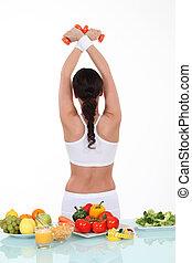 Zdravé jídlo na stole a sportovní žena se vrátila