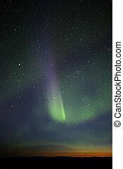 Zelená šňůra nad horizontem. Mnoho hvězd viditelné. Konečná fáze výstavy, ale stále dost silná.