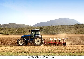 Zemědělský vlečkový traktor na poli