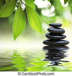 Zenové kameny pyramidy na povrchu vody