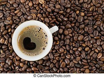 Zrnka z káve a kafe, z kávě, z vrchu