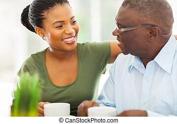 zrnková káva, jeho, postarší, granddaughteer, americký, afričan, domů, usmívaní, udělat si rád, voják
